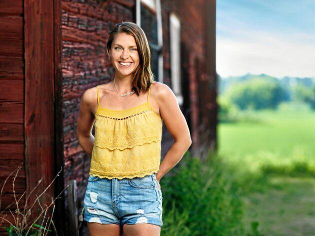 Mjölkbonden och showartisten Susanna Karlsson är en av bönderna som vill hitta kärleken i TV4:s Bonde söker fru.