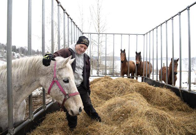 """Utöver Réne Flücks stallverksamhet finns också en stor oro för de långsiktiga effekterna på miljön. """"Det som nu finns i luften kommer ju att ramla ner på grödor och betesvallar. Därifrån tar det sig ner i grundvattnet och vi vet inte vilka gifter som samlas där."""""""
