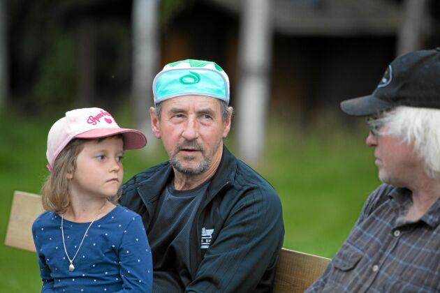 Cenneth Löf från Vitå kom dit med sin Volvo Amazon. Sexåriga dottern Emma Löf lyssnar här när pappa samtalar med Nils Engfors som bland annat har en stor samling av gamla lingrävare.