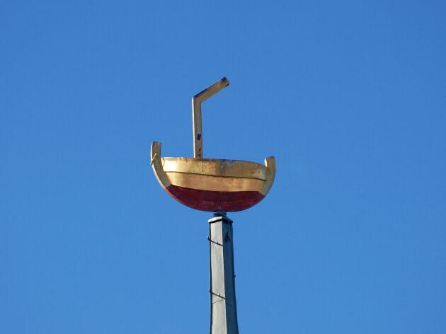 """Östra Eds kyrka, Småland. David Fogelberg nominerar och berättar att kyrkan brann 1959. Vid nyuppförandet pryddes tornet av en lotskutter som symbol för """"kyrkans uppgift att lotsa på färden över tidens hav""""."""
