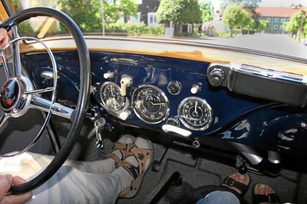 Roland har full koll på sin bils historia. Den har gått ungefär 18 000 mil och registrerades första gången 1954. Av en tidigare ägare har han fått veta att den körts ner till Tyskland sju gånger.