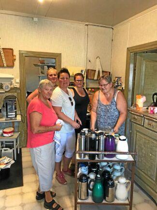 Hembygdsgårdens frivilliga gör mackor och kaffe till sambandscentralen och räddningstjänsten liksom hemvärnet som lagar mat.