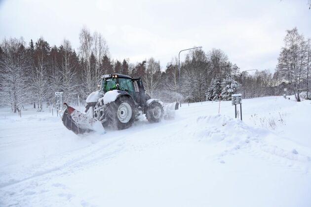 För låg jourersättning till snöröjarna kan stå kommunerna dyrt i långa loppet, menar Transports förbundssekreterare Lars Mikaelsson.
