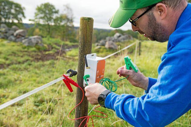 – Man kan ställa in när stängselvakten ska larma. Jag brukar sätta nivån på 2 000 volt. Går det under den nivån är det dags att kolla över staketen, säger Tomas Johansson.