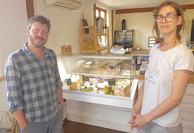 Mario och Yvette Wenzel planerar att bygga ut sitt mejeri i Farshult.