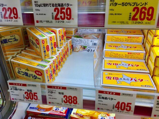 Samtidigt som de populära sorterna snabbt säljer slut har smörpriset stigit till nya rekordnivåer. Numera får japanen betala mellan 130 och 160 kronor per kilo.