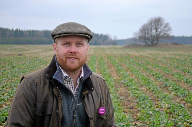 Växtodlingsrådgivaren Johan Lagerholm med en höstrapsåker i bakgrunden.