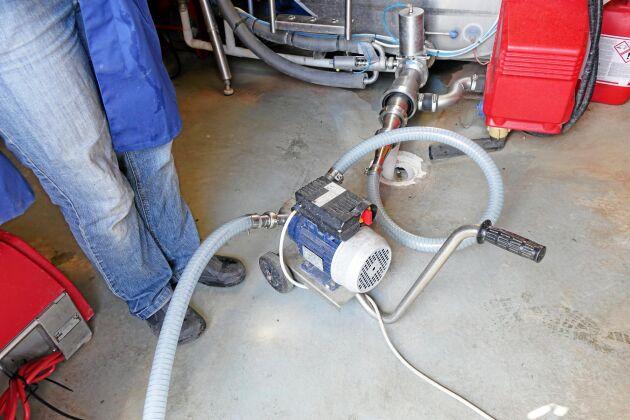 Pumpen hjälper med det tunga arbetet att föra över mjölk från gårdens huvudtank till mjölktaxin.