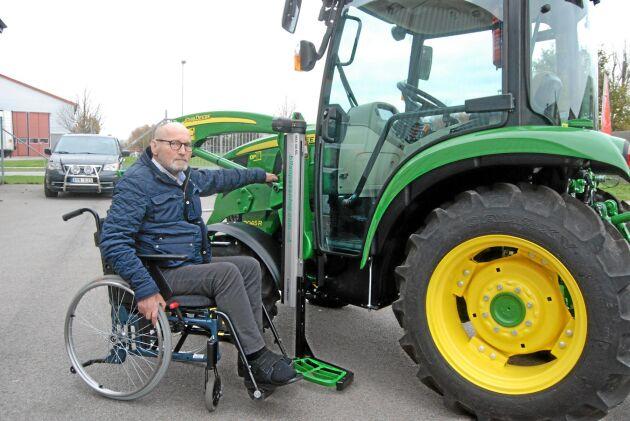 Anders Ericsson är mycket nöjd med sin handikappanpassade traktor som gör att han kan fortsätta sköta sin gård året runt.