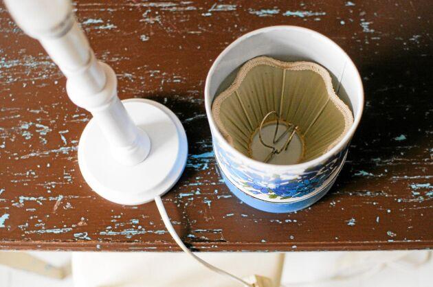 Burk med lampskärm inuti. Foto: Johanna Karlsson