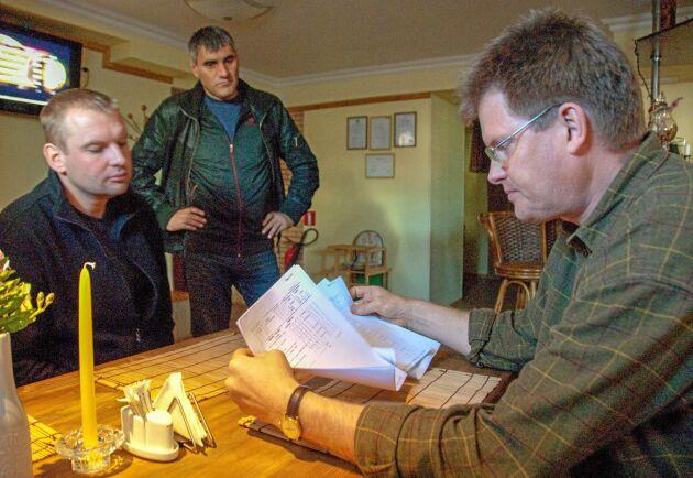 Under 26 år i Lettland har Lars-George Hedlund, till höger i bild, gjort många fastighetsaffärer men aldrig råkat på några oklara ägarförhållanden.