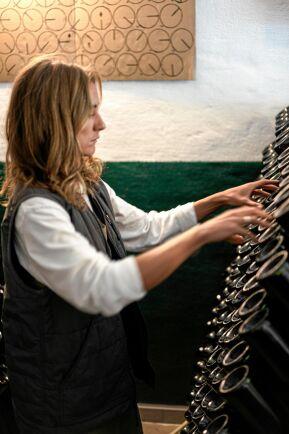 Klara Peterson snurrar flaskorna som när man gör champagne.