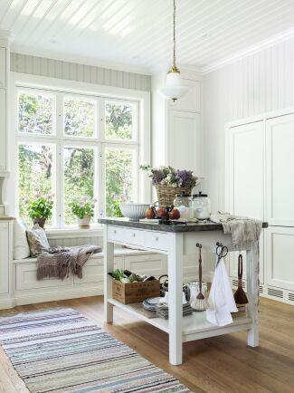 Användbar köksö att baka, tillreda och skära råvaror på, och ha som serveringsbord på fester.