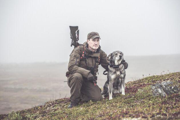 Johan Perssonär grundare tilloch delägare i Fjelljakt. Förutom att ta emot kunder arbetar Johan Persson som guide vid älgjakterna som bedrivs med ställande hundar.