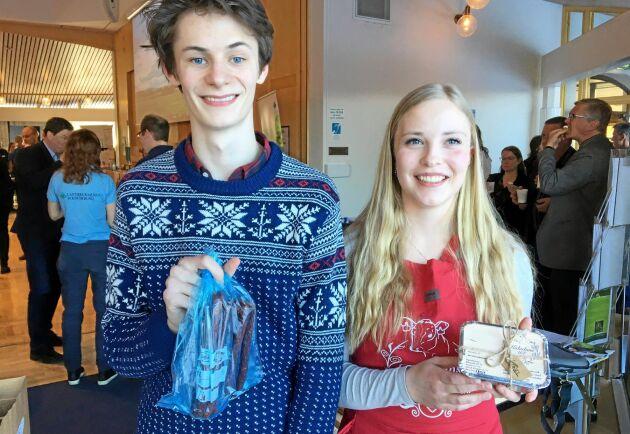 På regionstämman sålde ungdomsföretagarna Fredrik Samuelsson och Elsa Björkman från Stiernhööksgymnasiet i Rättvik ölkorv av mjölkko och kalvdans.
