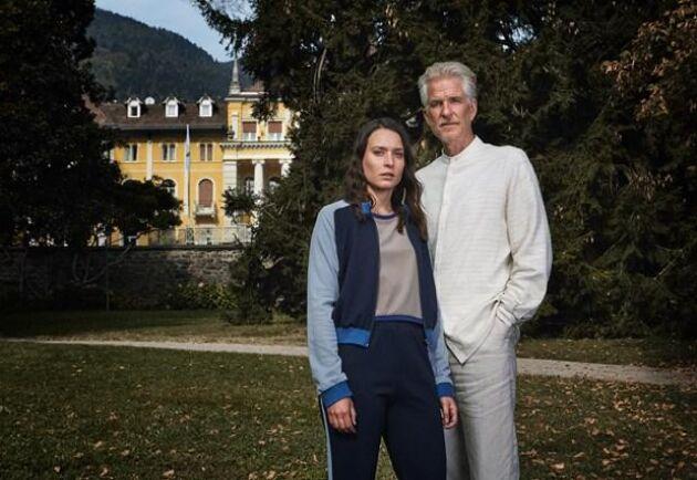 """Huvudrollerna i """"Himmelsdalen"""" spelas av Josefin Asplund och """"Stranger things""""-stjärnan Matthew Modine."""