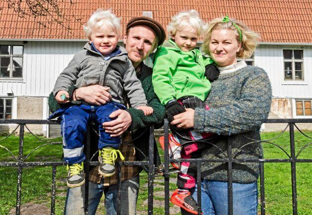 Julius och Anna Winberg Sääf med sönerna Isidor och Hektor framför sin Ölandsgård från 1800-talet.