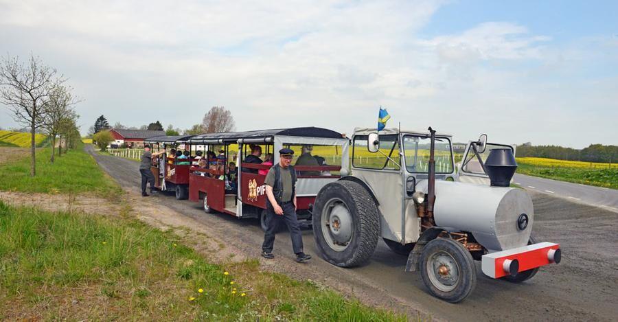 Föraren Lennart Kristensson har köpt in vagnarna och byggt om traktorn, en Massey Ferguson från 1957.