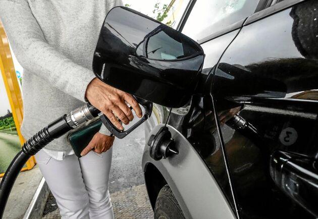 Den svaga svenska kronan, ett oväder och sanktionerna mot Iran är faktorer som påverkar bensinpriserna i Sverige.