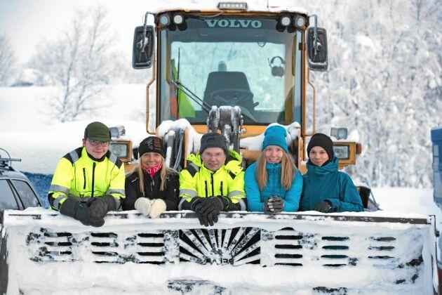 Familjen Fjällborg i Lannavaara sköter i stort sett alla transporter i bygden. Från snö till grus och människor. Från vänster: David, Carola, Patrik, Daniella och hennes sambo Markus Rönnebro.