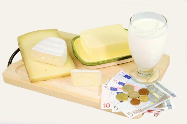 Nya visar att produktionskostnaden i Tyskland för ett kilo mjölk i juli var 45 eurocent vilket motsvarar 4,37 svenska kronor.