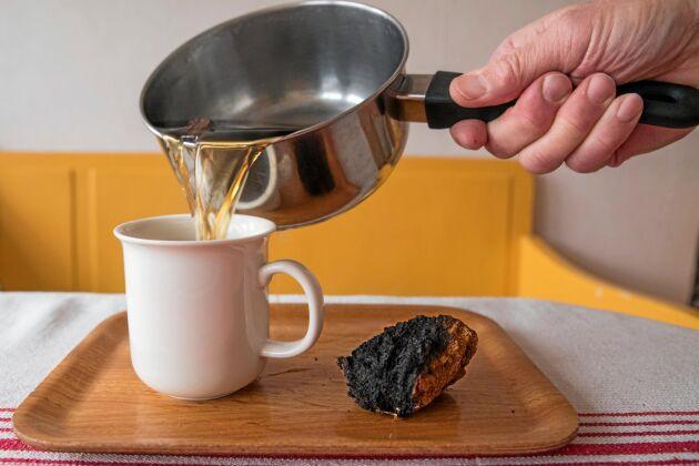 … som man sedan kokar till te under cirka en timme. Det färdiga teet får en ljusbrun färg och kan drickas varmt direkt eller kallt senare, eller användas i smoothies.
