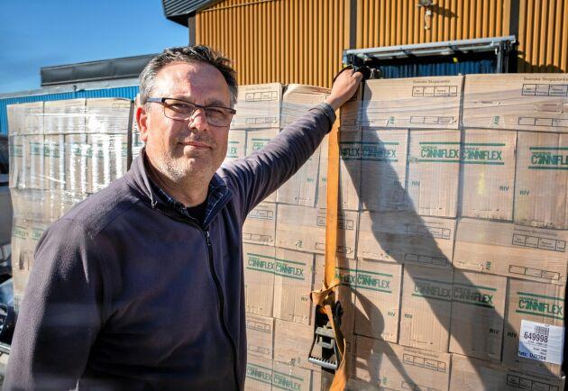 Granleverans. Magnus Asp på Sadeshult säteri hämtar 12 000 granplantor den här dagen.