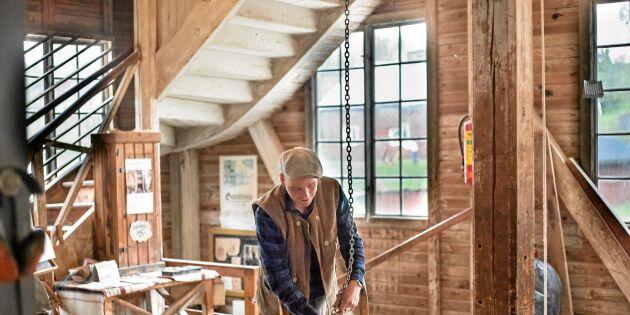 Henry tillverkar skrädmjöl enligt 100-årig tradition