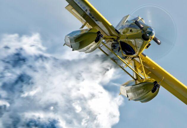 Tjänsten som MSB köper av Saab innebär att bolaget förser myndigheten med två vattenskopande flygplan, tillhörande besättning och annan nödvändig logistik.