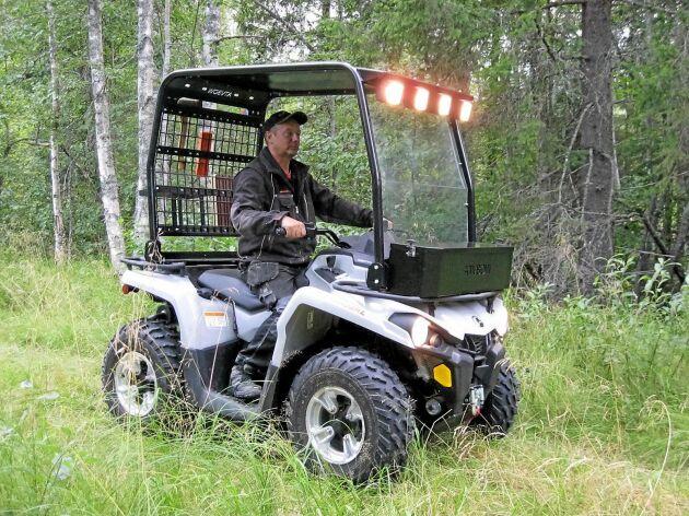 Ulf Edlund på ATV-Bågen kör en fyrhjuling med skyddsbåge.
