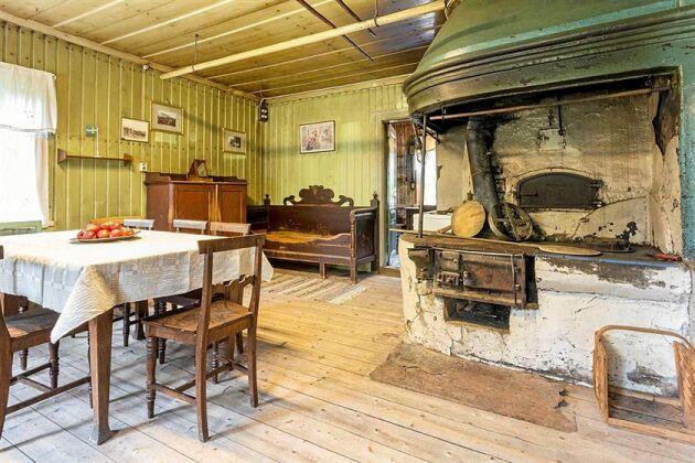Köket har en gammal bevarad vedspis med kåpa och spishäll.