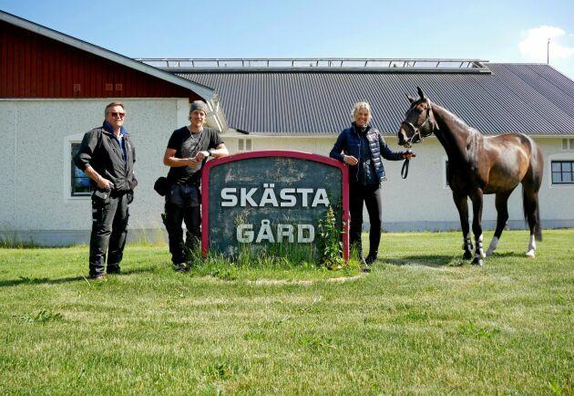 Louise Haaga driver företaget tillsammans med sin familj. Här tillsammans med tävlingshästen Last April, sin man Kristoffer Haaga och pappa Torbjörn Haaga som är vaktmästare på gården.