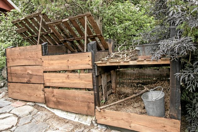 Kompostanläggningen består av två rejäla fack. Medan det ena fylls på får det andra mogna. Under arbetsbänken finns plats för använt strö från hönsgården.