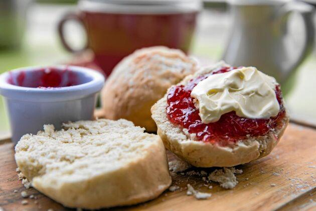 Servera grädden till ett afternoon tea med scones och te.