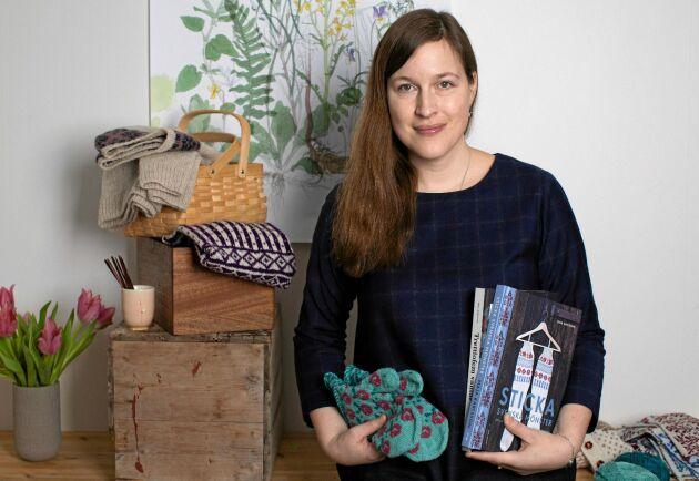 Maja Karlsson är en erfaren och kunnig stickdesigner. Hennes kreativitet syns i hennes många moderna plagg med traditionella stickmönster.