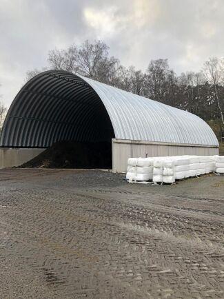 Mellanlagringshallen rymmer 1 200 kubikmeter hästgödsel som efter cirka sju-åtta månader är klar att spridas ut.