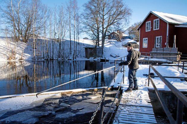 Kommunen vill riva Stefan Åkerlunds vattenkraftverk i Harmångerån.