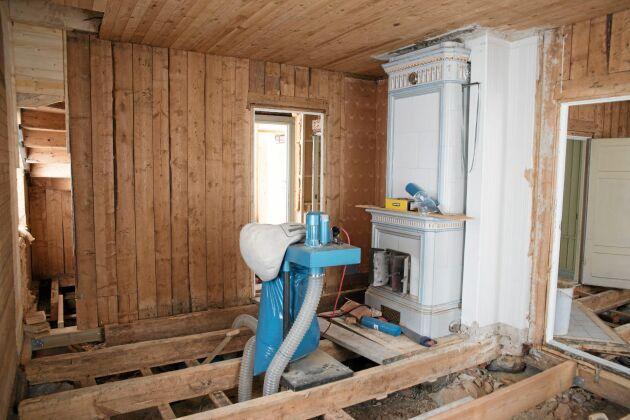 Alla golv togs upp och ny isolering lades in. Vissa golv kunde bevaras andra byttes mot nya trägolv.