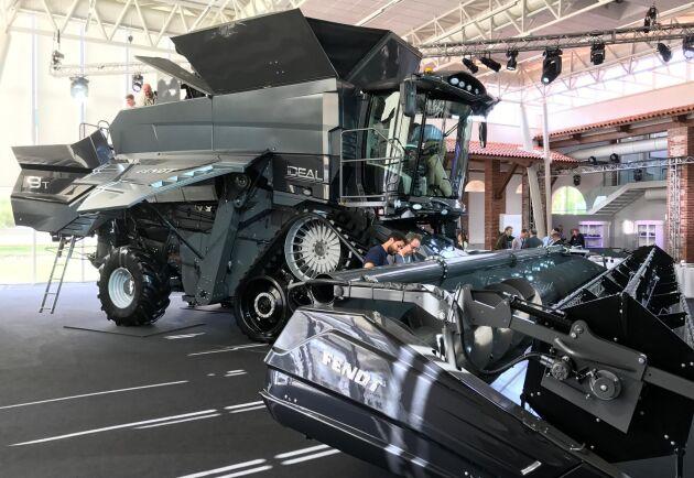 De största modellerna har en tankvolym på 17100 liter och motorer på 650 hästkrafter. Här är modellen 9T med Fendts emblem, men exakt samma maskin finns som Massey Ferguson och Challenger.
