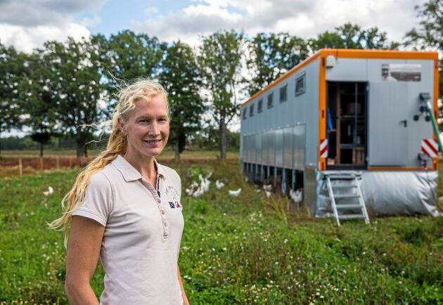 Sofia och Johan Nilsson på Tustrups gård utanför Eskilstuna satsar på mobilt hönshus.