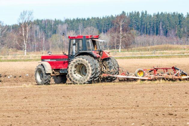 Gårdens modernaste traktor, Case IH 1455, drar harven.