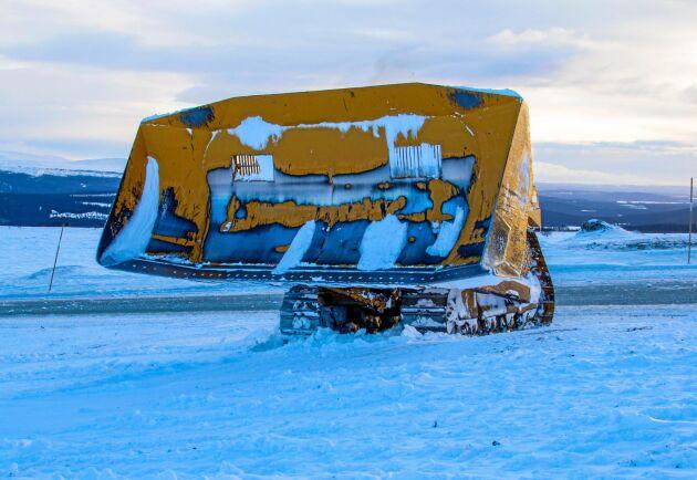 Cattens uppgift är att knuffa bort snömassorna en bit från vägen.
