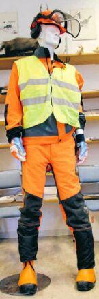Komplett skyddsutrustning för huggare, inklusive CE-märkt reflexväst som är ett lagkrav.