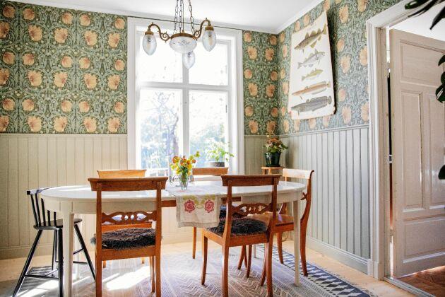 Den grönrosa tapeten Pimpernell är skapad av William Morris, en känd engelsk 1800-talsformgivare.
