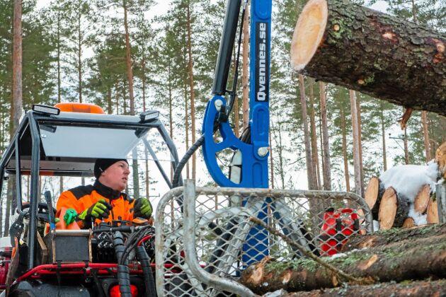 """Grovt. Kranen och vagnen klarar även lite grövre dimensioner. """"Man får ta ände för ände och balansera lite, men det funkar"""", säger Mattias Karlsson"""