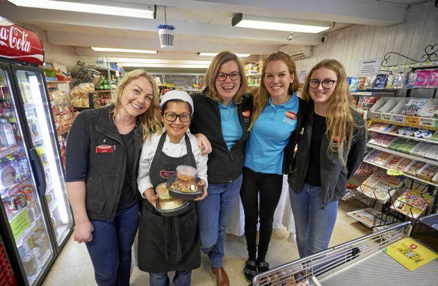 Lina och Eva i mitten med delar av sin personal. Angelica Kamp, Kea Nitjaphod som lagar lunchlådorna och Linas dotter Natalie Weilemo.