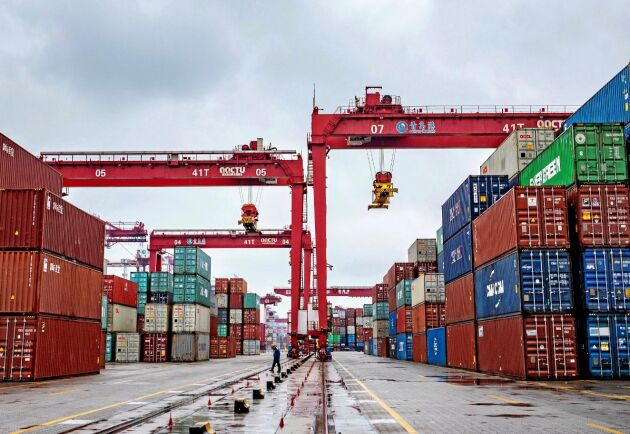 Det råder brist på containrar sedan kinesiska fabriker stängt ned sin produktion. Här hamnen i Qingdao i östra Kina.