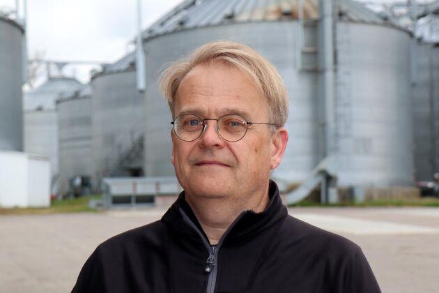 Spannmålsodlarnas ordförande Johan Karlzén rekommenderar att inte säkra för stor del av skörden. En fingervisning är max 25 procent.