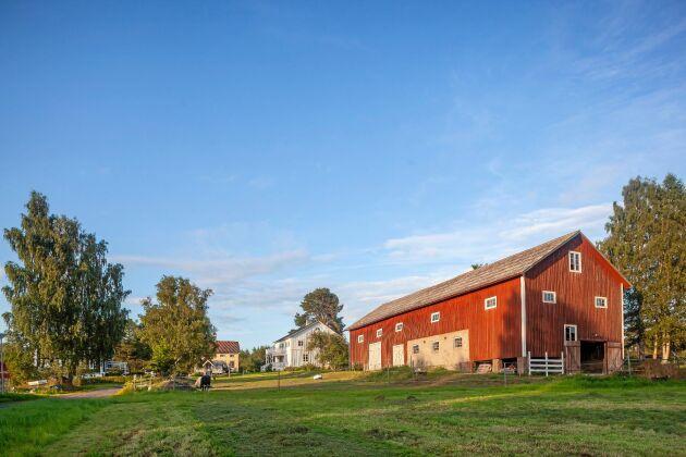 Gården är på 3 000 kvadratmeter och 5 hektar åkermark samt skog. Den är ett gammalt hemman, som förr betydde en tillräckligt stor gård för att försörja familjen och generera skatt.