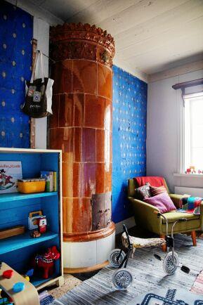 Tapeten inne i det mindre rummet i gammelstugan tros vara original.